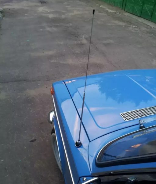 Антенна на крыле голубого автомобиля
