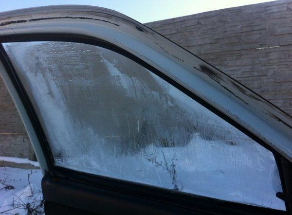 Стекло на двери автомобиля обмёрзло изнутри