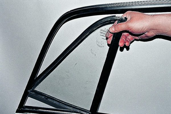Демонтаж углового стекла