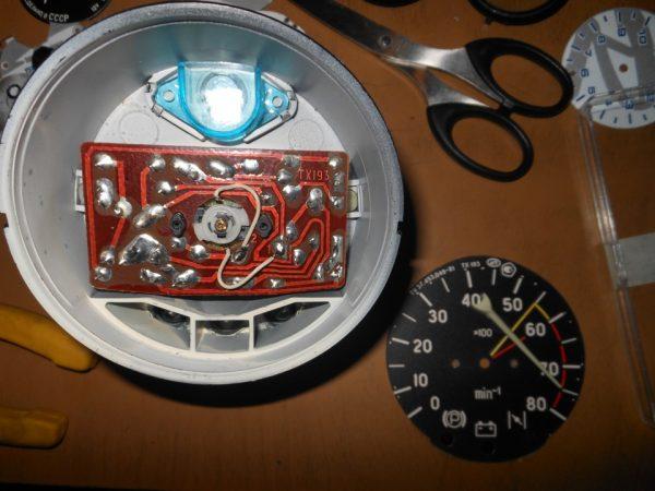 Светодиод в стакане приборной панели
