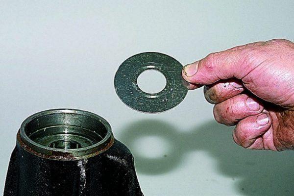 Снятие маслоотражающей шайбы