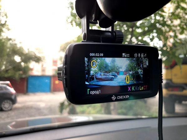 Видеорегистратор в салоне автомобиля
