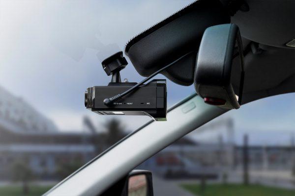 Видеорегистратор с радар детектором на ветровом стекле автомобиля