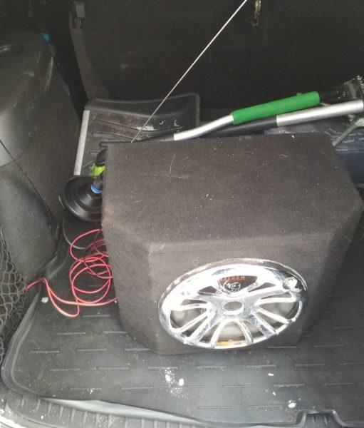 Сабвуфер в багажнике