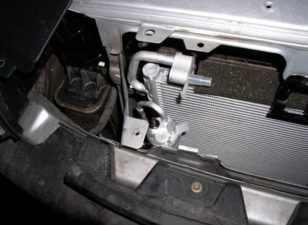 Радиатор кондиционера установлен