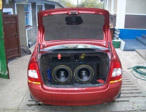 Аудиосистема в багажнике «Калины»