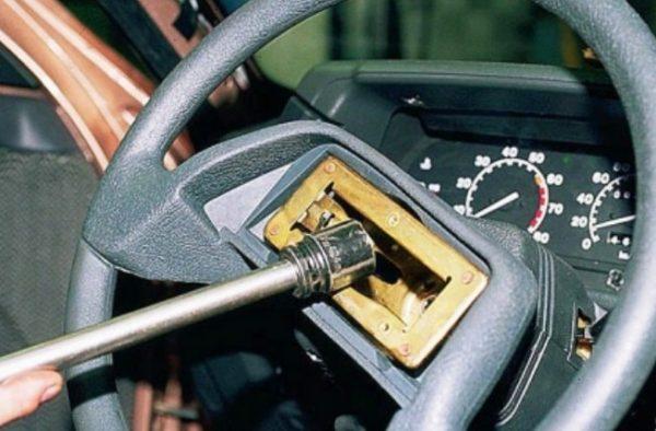Выкручивание гайки на руле
