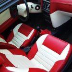 Красно-белые сиденья и панель